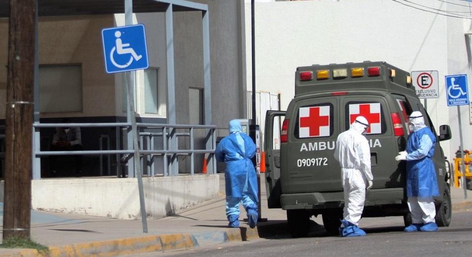 Personal médico arriba en ambulancia militar al Hospital General de Ciudad Juárez.